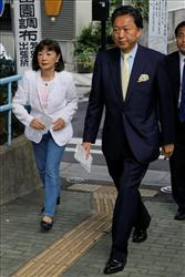 Yukio Hatoyama, leader of the main opposition Democratic Party of Japan, and his wife, Miyuki, arrive at a polling station to cast their votes last weekend in Tokyo.