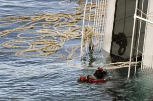 Rescues divers retrieve a body from the stricken cruise liner Costa Concordia off the Isola del Giglio on January 17, 2012.