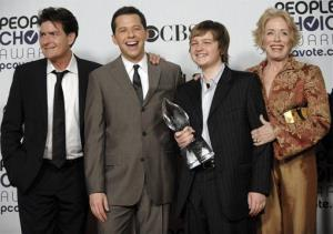Charlie Sheen, Jon Cryer, Angus T. Jones, and Holland Taylor pose with their favorite TV comedy award for Two and a Half Men at the People's Choice Awards on Jan. 7, 2009 in Los Angeles.