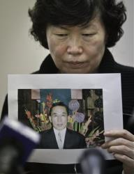 Serim Han holds a picture of her husband Ki Suk Han during a news conference on Wednesday, Dec. 5, 2012 in New York.