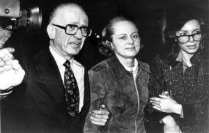 In this Feb. 24, 1981, file photo, Jean Harris, center, arrives at the Westchester County Courthouse.