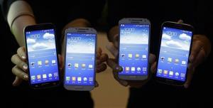 Models show Samsung Electronics Co.'s latest smartphones Galaxy S4 during its unveiling ceremony in Seoul, South Korea, Thursday, April 25, 2013.