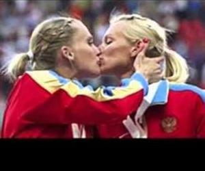 Russian runners Kseniya Ryzhova and Tatyana Firova kiss on the podium at the World Championships.