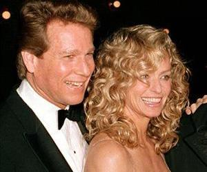 This March 5, 1989 file photo shows actors Ryan O'Neal, left, and Farrah Fawcett at the premiere of the film. Chances Are, in New York.