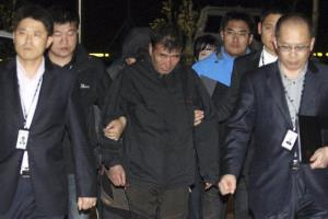 Lee Joon-seok, center, the captain of the sunken ferry, arrives at a court in Mokpo.