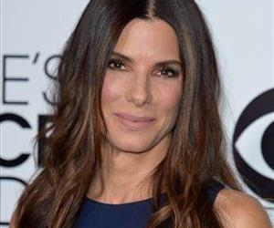 Sandra Bullock arrives at the 40th annual People's Choice Awards at Nokia Theatre L.A. Live on Wednesday, Jan. 8, 2014, in Los Angeles.