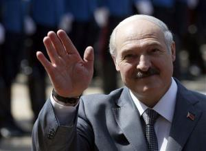 Belarusian President Alexander Lukashenko waves upon his arrival at the Serbia Palace to meet Serbian President Tomislav Nikolic, unseen, in Belgrade, Serbia, June 12, 2014.